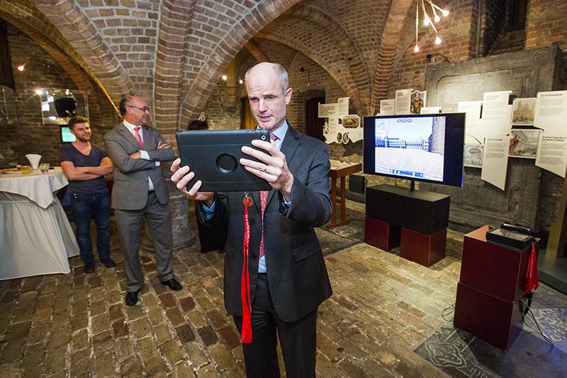 Minister Stef Blok gebruikt de 3D app waarmee je het Binnenhof in verschillende tijden kunt bekijken. fotograaf: Bart van Vliet