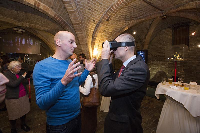 Minister Stef Blok probeert de app met VR-bril. fotograaf: Bart van Vliet